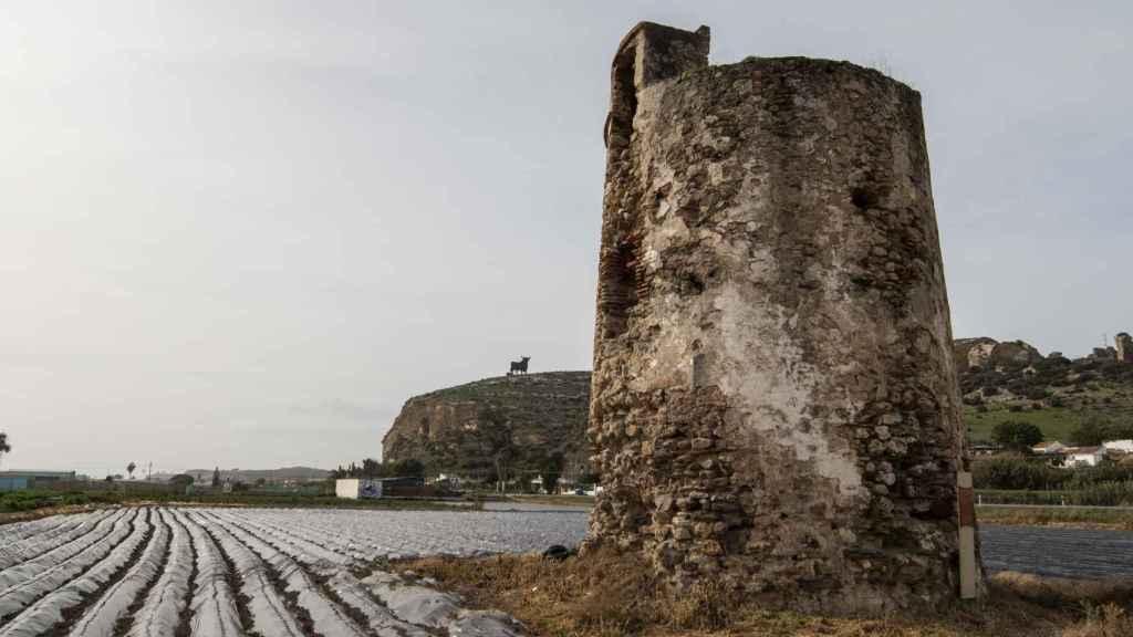 El paso del tiempo ha alejado a la torre de Manganeta de las aguas del Mediterráneo.