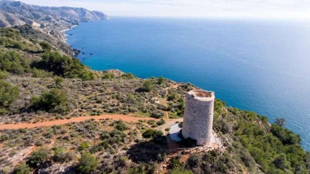 La torre de Maro vigila uno de los entornos naturales más hermosos del litoral malagueño.