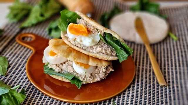 Sándwich de atún y huevo en pan de pita, una versión diferente