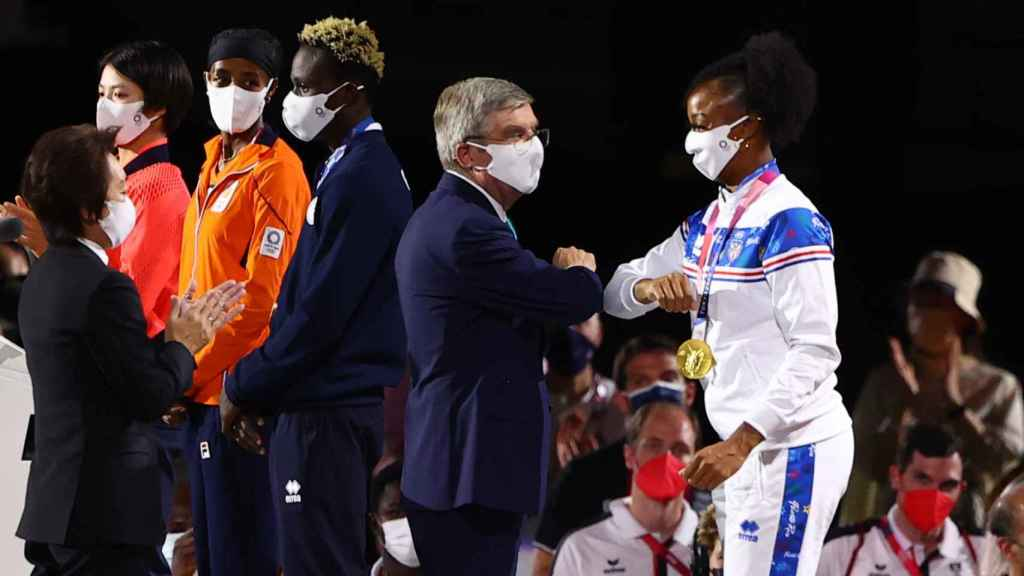 International Olympic Committee President Thomas Bach and Puerto Rican athlete Yasmine Camacho Quinn, gold in the 100m hurdles in Tokyo 2020, during the closing of the Olympics