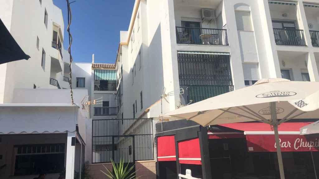 El patio comunal del edificio de viviendas da al Paseo Marítimo de Barbate.