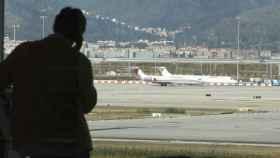Un pasajero en la Terminal 1 del Aeropuerto de El Prat en Barcelona.