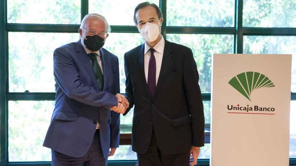 El presidente de Unicaja Banco, Manuel Azuaga , y el nuevo consejero delegado de la entidad, Manuel Menéndez
