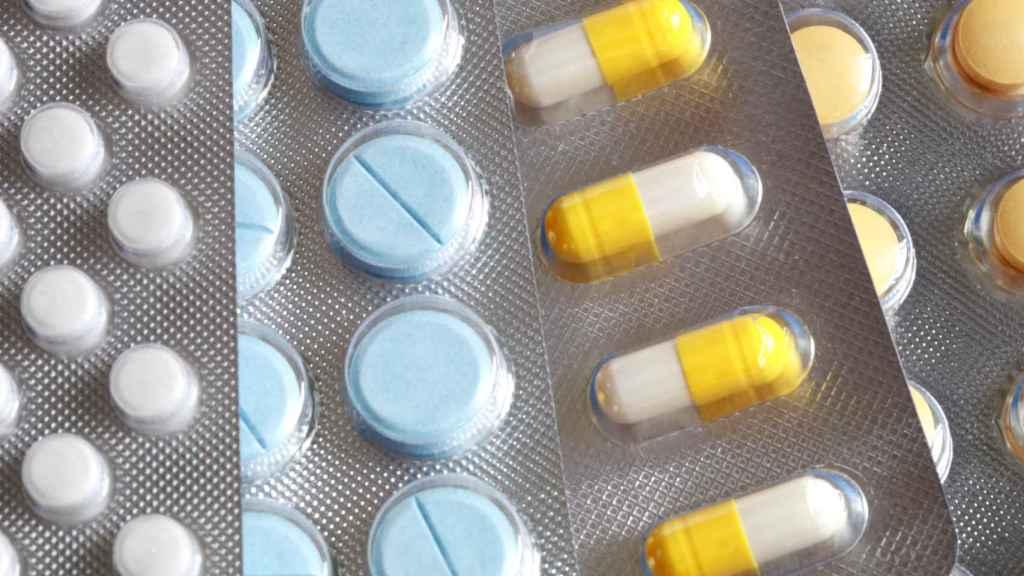 Distintos pastillas para problemas de salud varios.