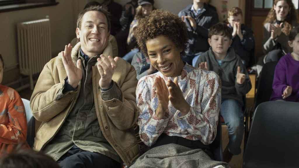 Tobias Menzies y Minnie Driver en 'Modern Love'.