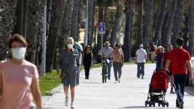 Varias personas pasean por la calle en Málaga