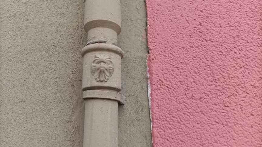 Un rostro dibujado en una tubería situada en la avenida de Xixona, Alicante. Andrea Reinosa