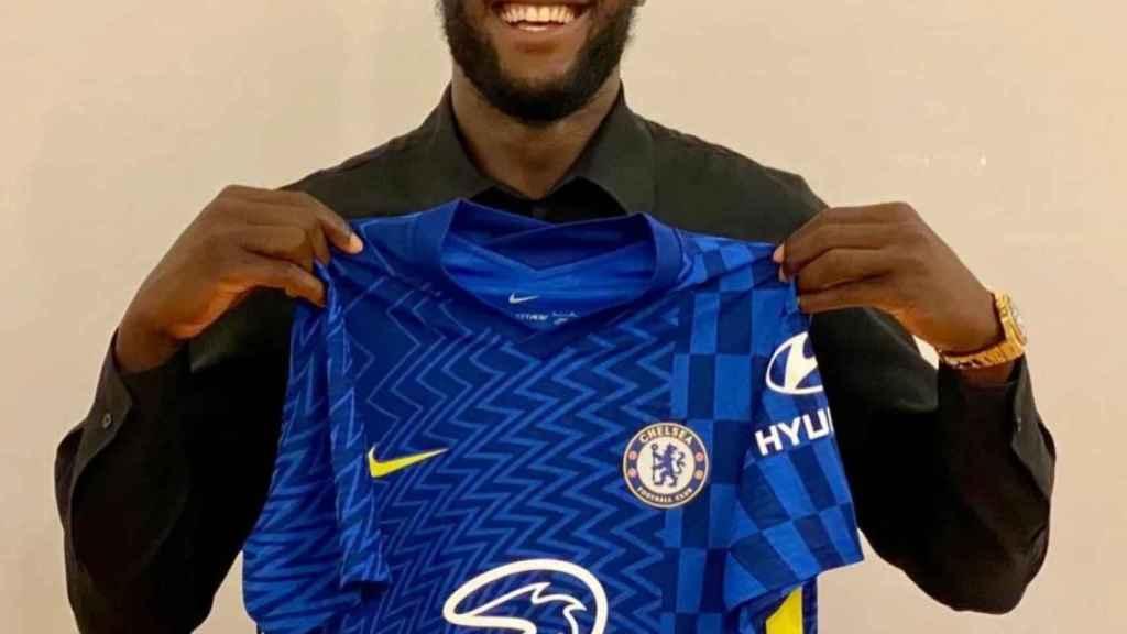 Romelu Lukaku, posando con la camiseta del Chelsea tras su fichaje