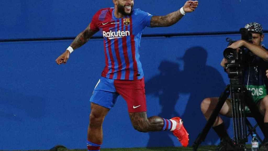 Memphis Depay celebra un gol con el FC Barcelona
