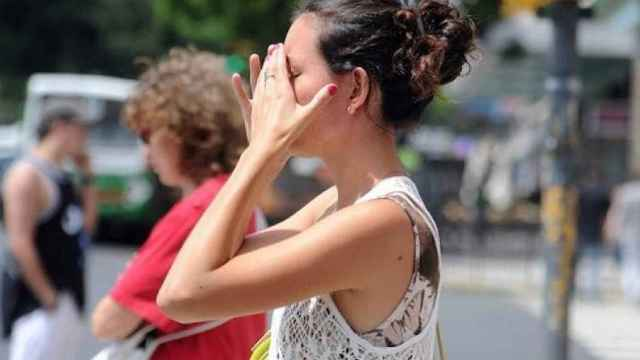 Una joven sufriendo en sus propias carnes la ola de calor.