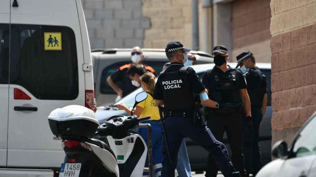 Un grupo de policías frente a las puertas del Polideportivo Santa Amelia donde se alojan los menores.