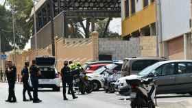 Policías a las puertas del polideportivo Santa Amelia, donde se encuentran los menores.