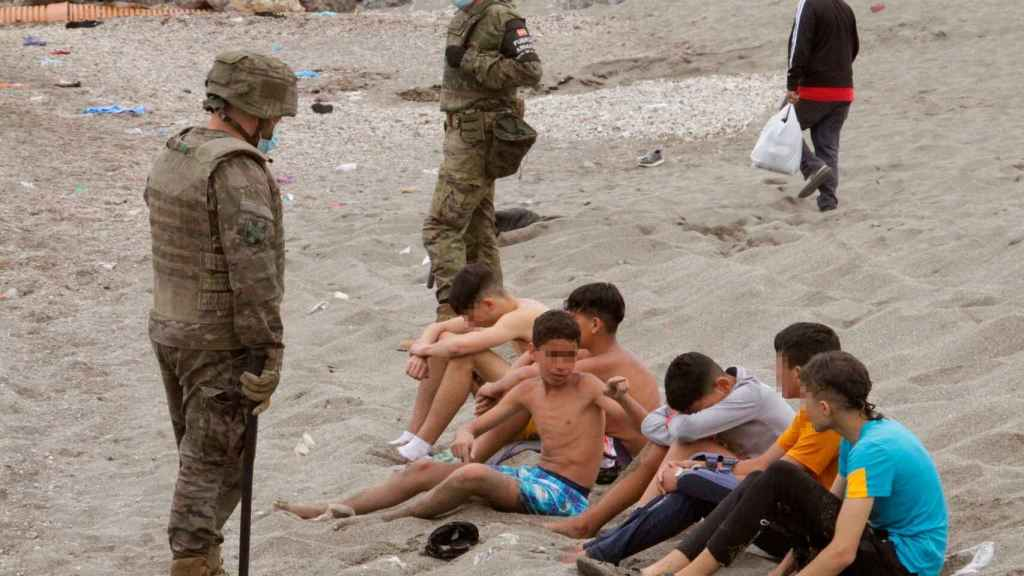 Varios menores llegaron a Ceuta bajo vigilancia militar.
