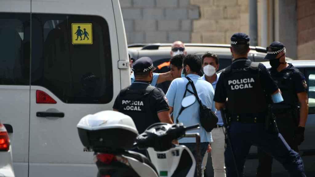 Policías en las puertas del Polideportivo Santa Amelia custodian la salida de los menores.