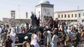 Los talibán se reúnen en la plaza de Kandahar, Afganistán, ciudad clave que conquistaron.