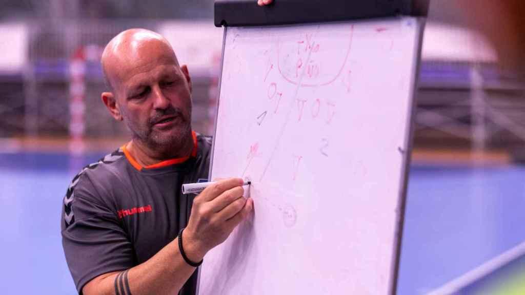 Latorre explica una jugada durante un entrenamiento.