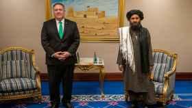 Mike Pompeo y Abdul Ghani Baradar en las negociaciones de Doha.