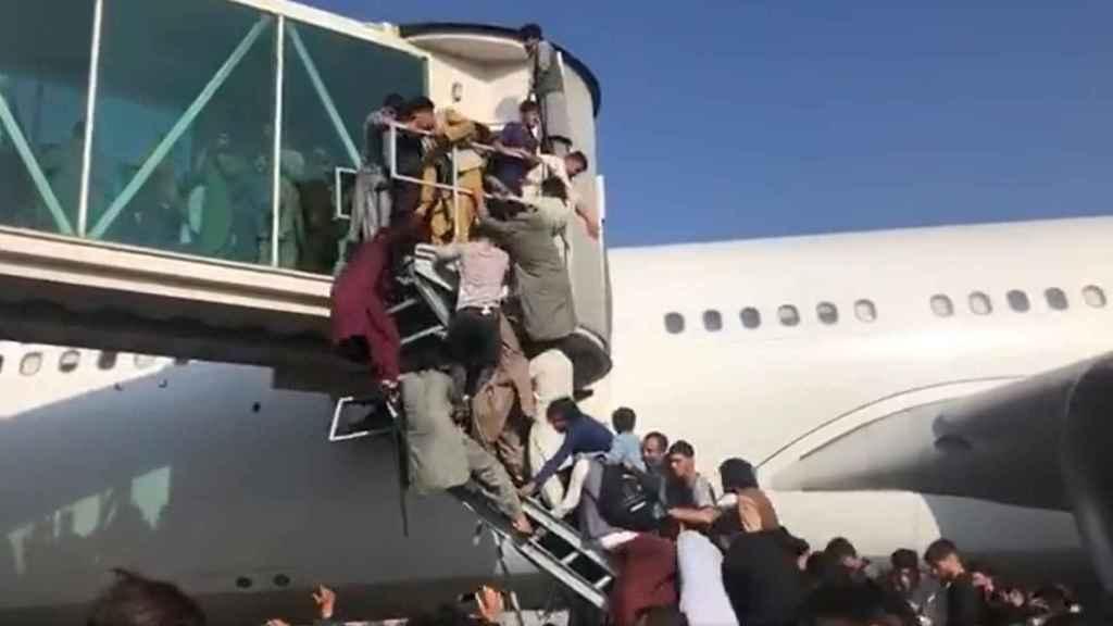Caos y disparos al aire en el aeropuerto de Kabul: los afganos quieren  escapar de la pesadilla