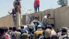Miles de afganos tratan de huir del horror talibán.