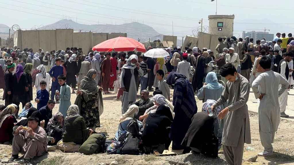Gente esperando a las afueras del aeropuerto Hamid Karzai de Kabul para huir de Afganistán.
