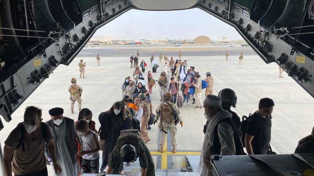 Momento en el que los españoles y afganos que aguardaban en Kabul suben al primer avión militar español que ya ha despegado de Kabul.