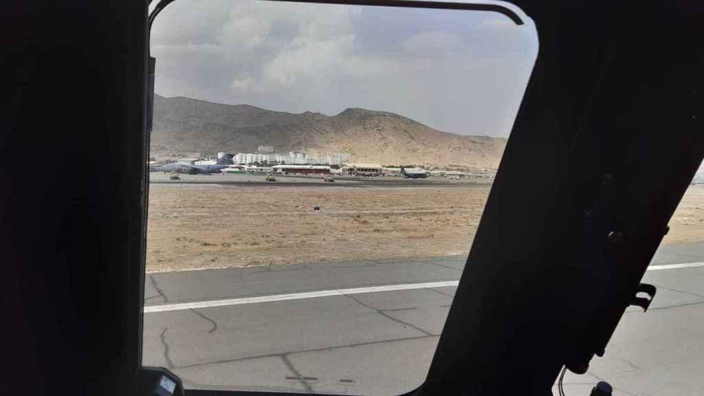 Vista del aeropuerto de Kabul desde la aeronave militar española que ya ha despegado rumbo a Dubái.