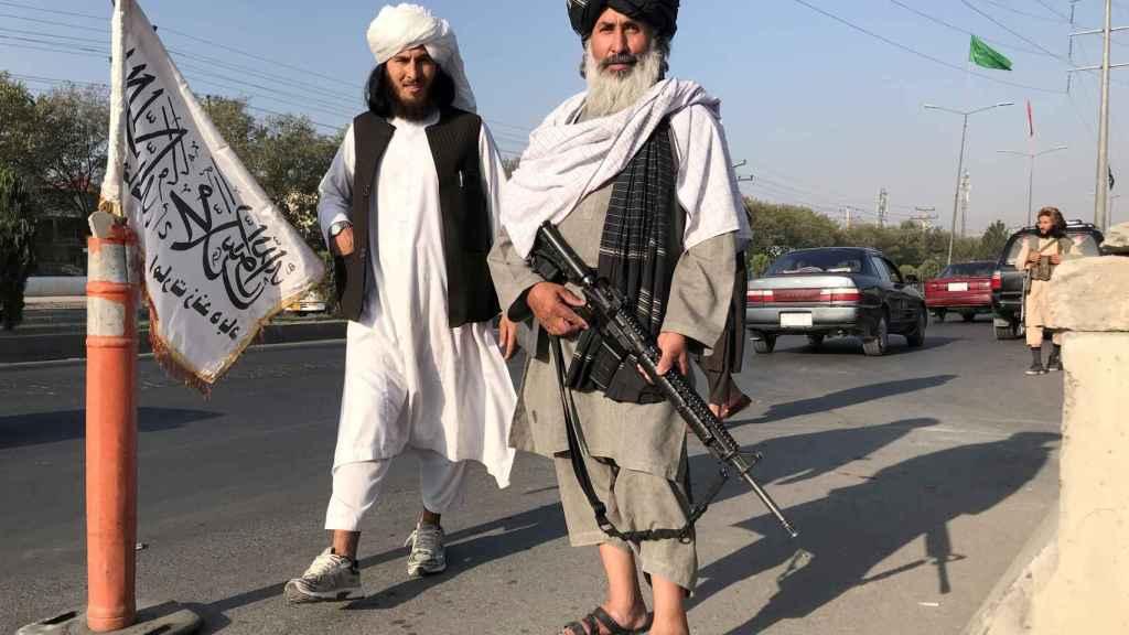 Combatientes talibanes montan guardia a las afueras del ministerio del Interior, en Kabul.