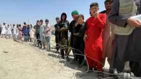 Ciudadanos afganos esperan a las puertas del aeropuerto internacional Hamid Karzai de Kabul.