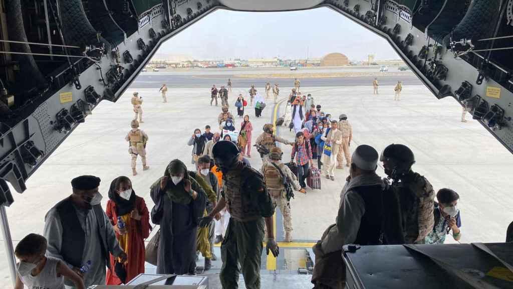 Los militares españoles suben a bordo a los españoles y afganos que esperaban ser evacuados en Kabul.