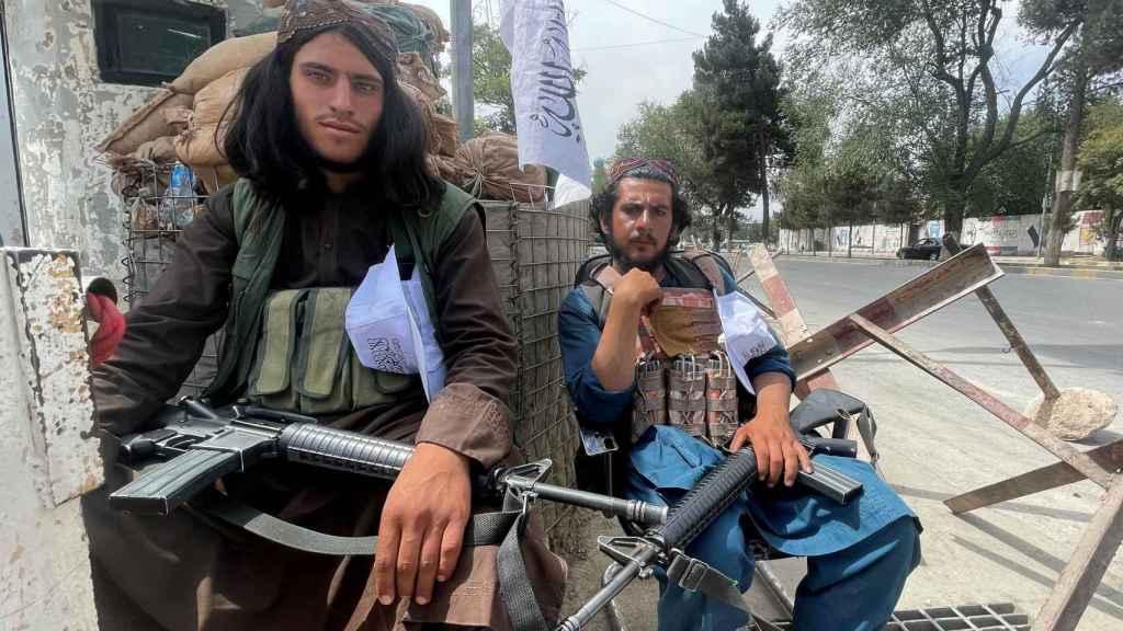 Miembros de los talibanes montan guardia en un puesto de control en Kabul.