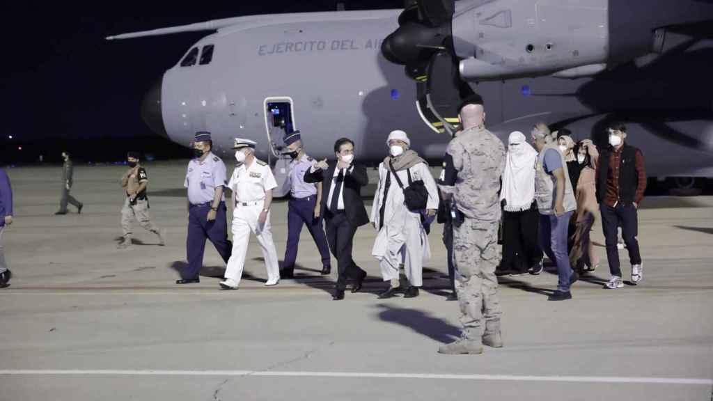 Llegada a Madrid de los primeros evacuados, recibidos por los ministros Albares y Escrivá.