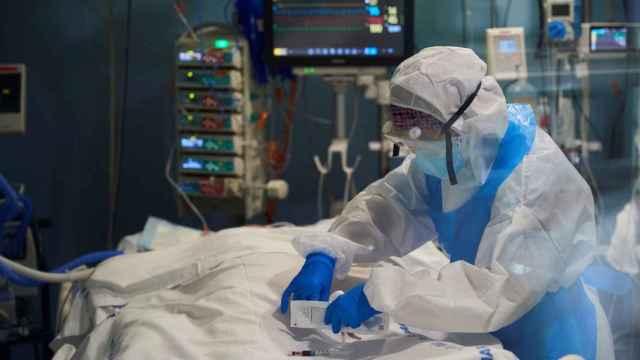 Un médico atiende a un paciente en la UCI