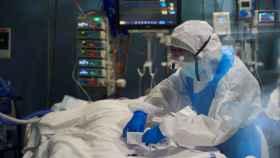 Un médico en una UCI, en imagen de archivo.