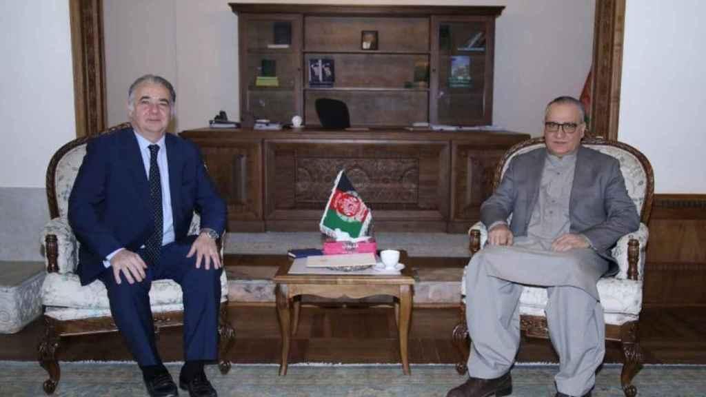 El embajador en funciones de España en Kabul, Gabriel Ferrán (a la izquierda), en una audiencia oficial.