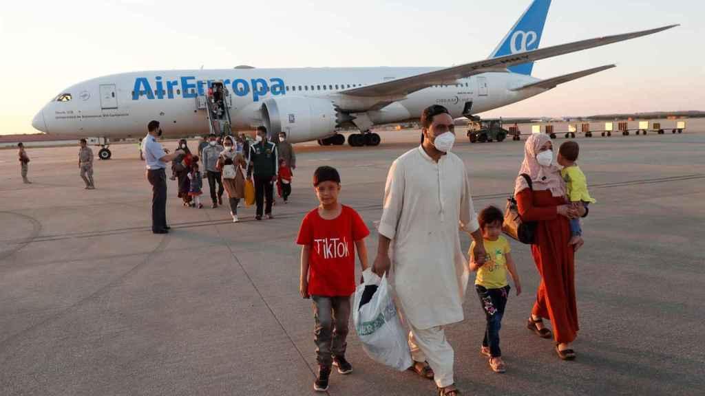 Los segundos rescatados de Kabul, en este caso 110 personas, a punto de tomar el vuelo a España en Dubái.