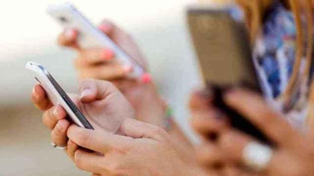 Usuarios utilizando sus 'smartphones'.