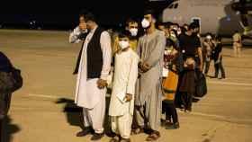 Afganos llegados este jueves a Madrid desde Kabul, en la base de Torrejón de Ardoz.