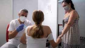 Una joven recibe la vacuna en el centro de vacunación masiva de la Ciudad de las Artes y las Ciencias de Valencia.