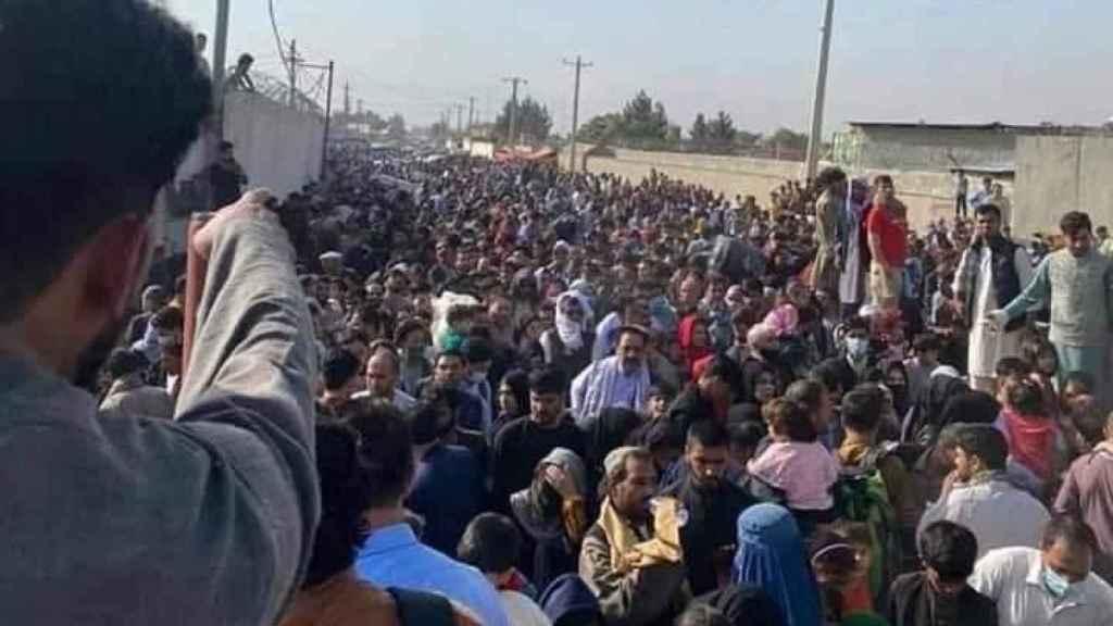 Cientos de afganos se agolpan alrededor del aeropuerto de Kabul intentando huir del país.