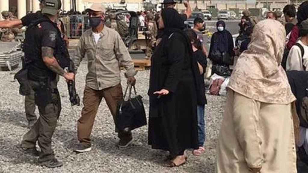 Agentes españoles de los Geos en el centro de Kabul, días antes de que se iniciara la evacuación.