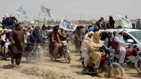 Afganos con banderas de los talibanes cerca de la frontera con Pakistán.