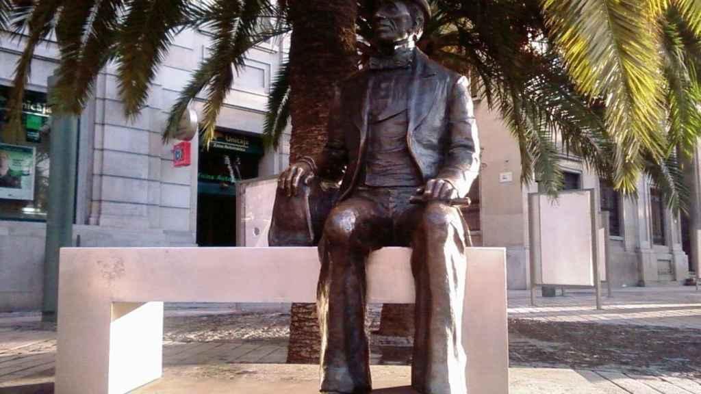 La figura de Hans Christian Andersen disfruta del buen tiempo de Málaga.