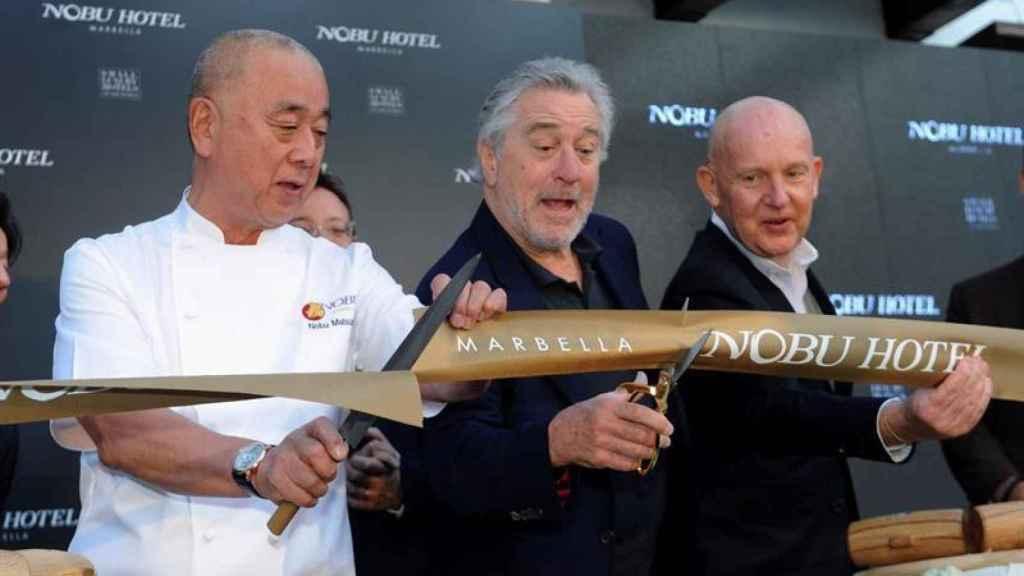 El actor Robert de Niro inaugura el hotel Nobu en Marbella junto a sus socios.