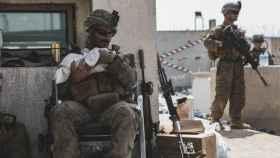 Un marine acuna a un bebé en medio de la crisis afgana.