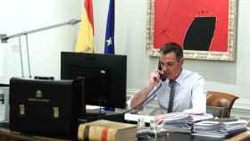 Pedro Sánchez durante su conversación telefónica con Joe Biden, este sábado por la noche.