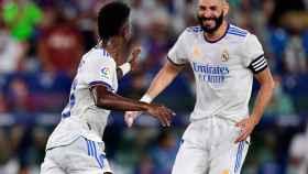 Vinicius y Benzema celebran un gol