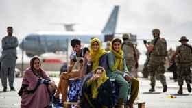 Un grupo de afganos esperando a partir en el aeropuerto de Kabul.