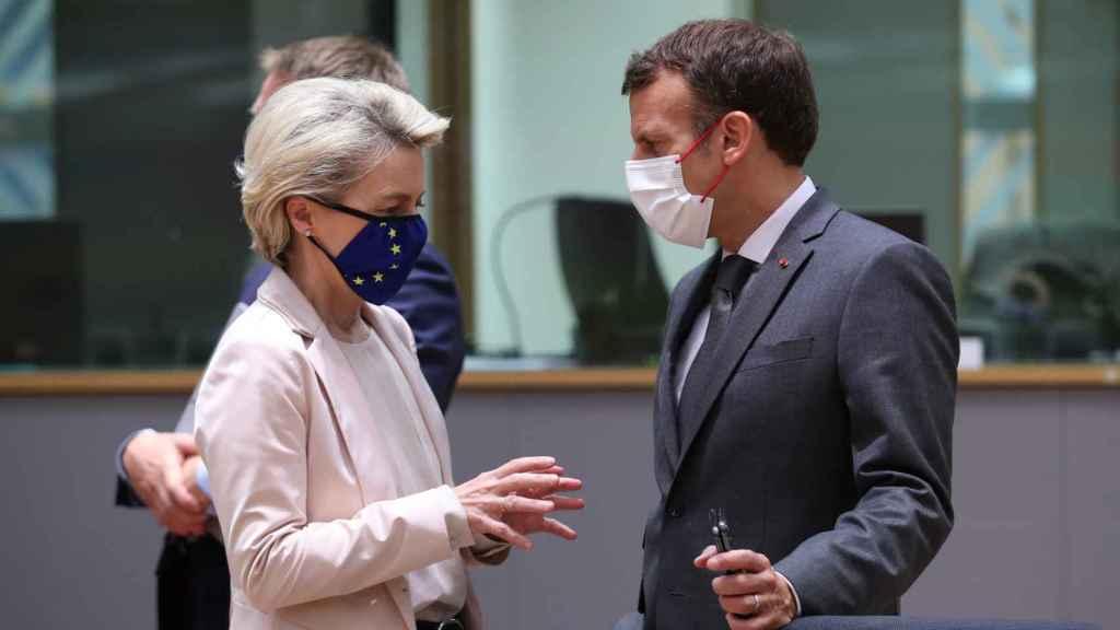 Emmanuel Macron y Ursula von der Leyen conversan durante una reunión del Consejo Europeo