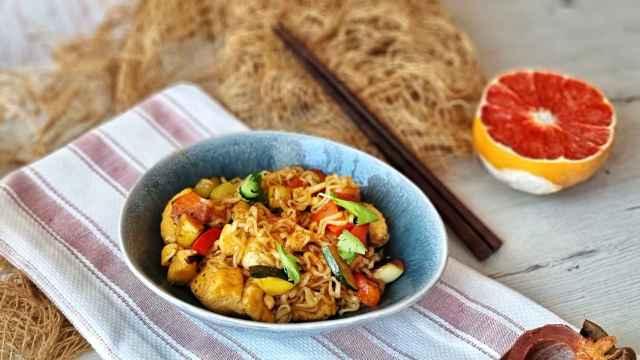 Noodles con pollo y verduras y salsa de pomelo, una receta oriental