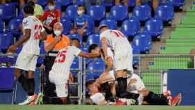 Los jugadores del Sevilla celebran el gol de Lamela en el minuto 93